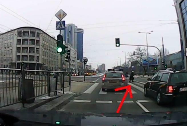 Policjant z Warszawy usiluje przejechac staruszke 2