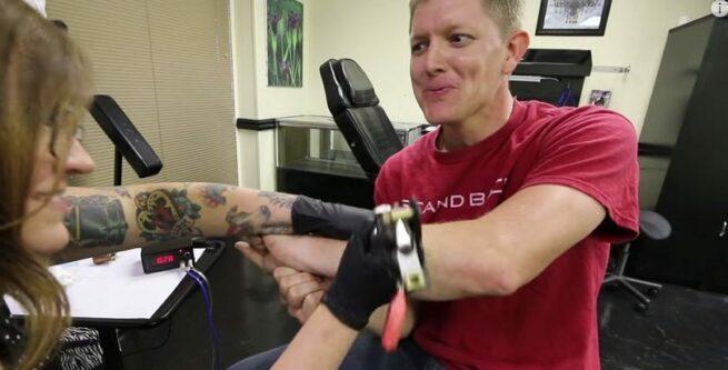 Zobacz z bliska jak powstaje tatuaz