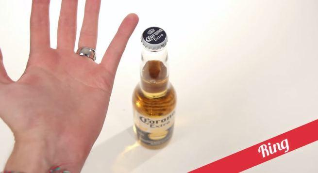 21 sposobów na otwieranie butelek  1 obrączka