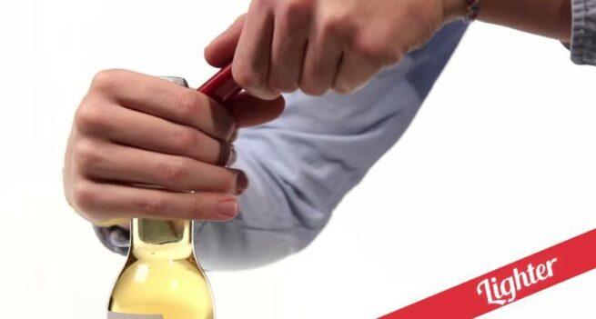 21 sposobów na otwieranie butelek  4 zapaliczką