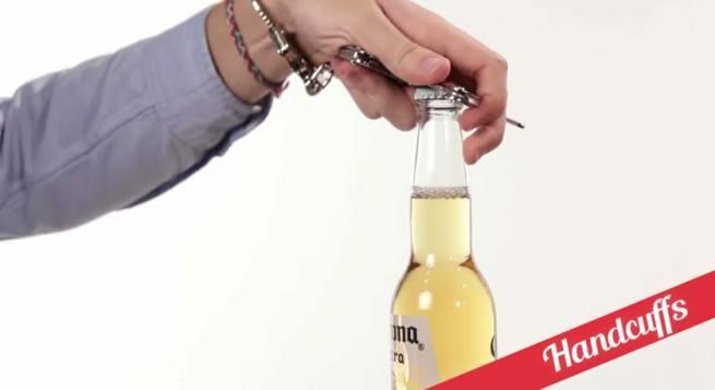 21 sposobów na otwieranie butelek  5 kajdankami
