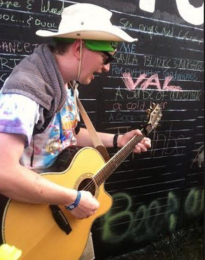 3. facet z gitarą