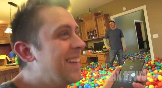 Dom zalany piłeczkami