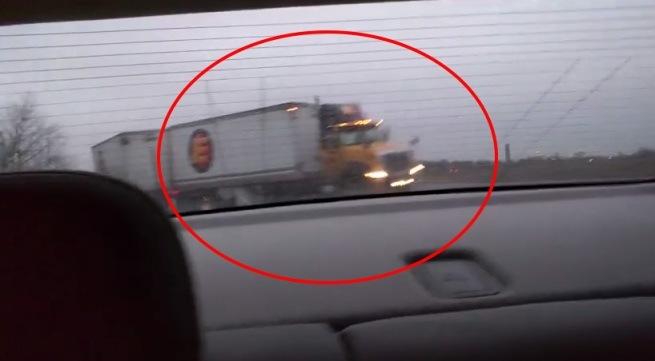 kierowca zatrzymuje się na zablokowanej autostradzie
