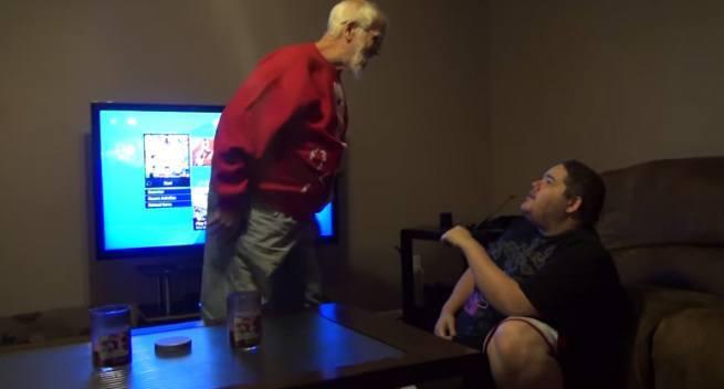 Wkurzony dziadek rozwala Playstation 4 2