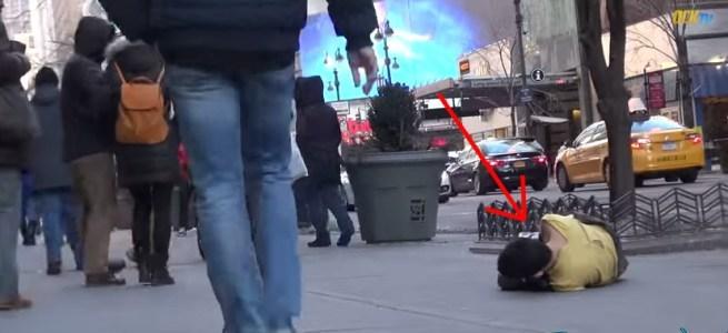 Bezdomny chłopiec zamarzał na chodniku
