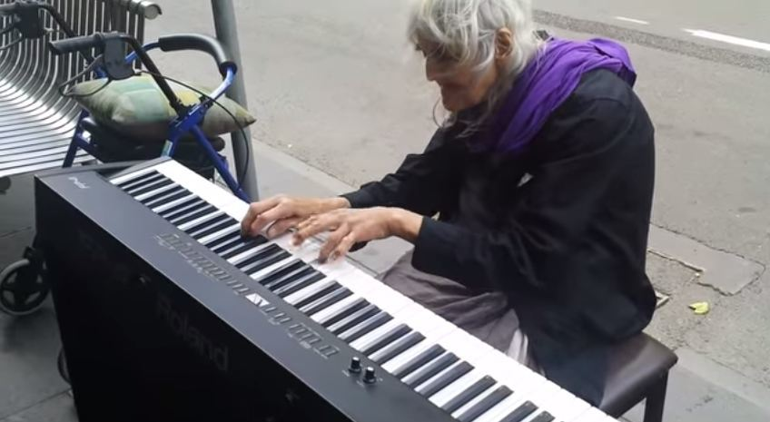 występ bezdomnej staruszki