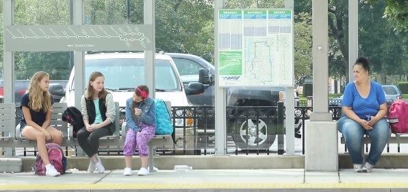 dreczenie dziecka na przystanku