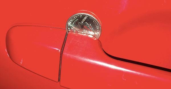 moneta w drzwiach samochodu